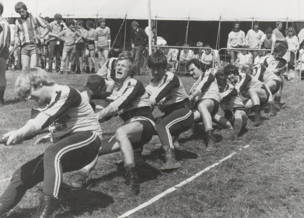 Tijdens touwtrek wedstrijden is de ploeg uit Erichem in aktie. (ca. 1980)